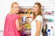 Quadro Zwei junge Frauen am vollen Kühlschrank