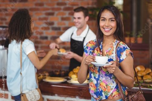 Papiers peints Café en grains Smiling pretty customer holding cup of coffee