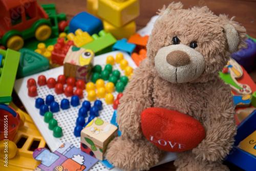 mata magnetyczna miś otoczony plastikowych zabawek