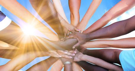 Eine Gruppe von vielfältigen Menschen bildet eine Einheit als Team © Thaut Images