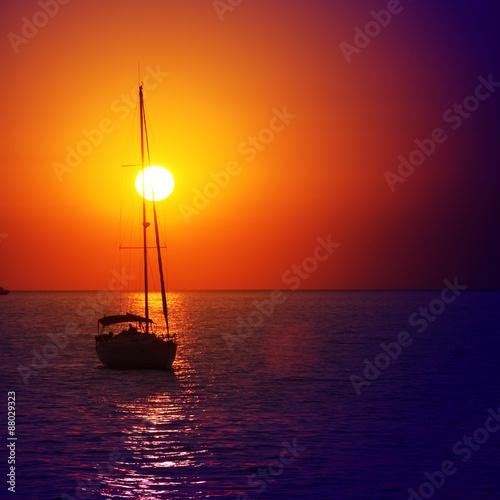 Jacht beim Sonnenuntergang