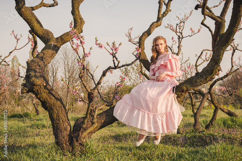 Zdjęcia na płótnie, fototapety, obrazy : Fairytale woman on the tree branch