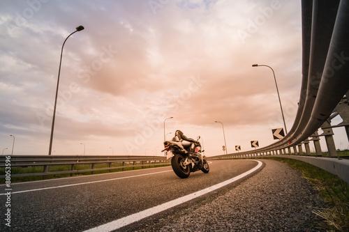 Motociclista su moto da strada