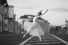 Ballerina taniec w centrum Moskwy w nocy