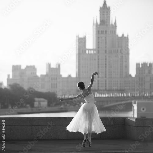 baleriny-taniec-w-centrum-moskwy-rano