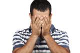 Uomo si copre il volto con le mani mentre piange