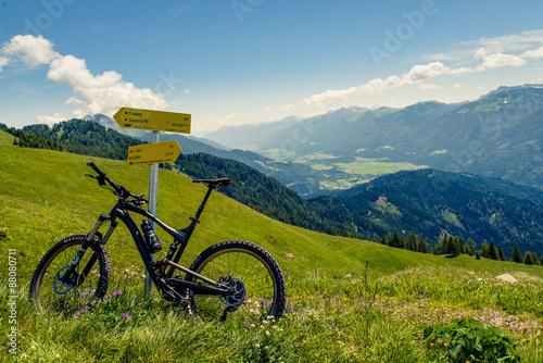 fototapeta na ścianę mit dem Mountainbike am Weg zum Gipfel
