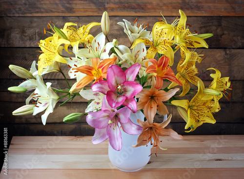 Obraz na Szkle Натюрморт с букетом лилий