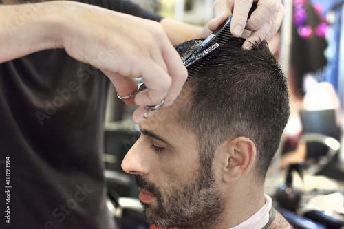 mata magnetyczna Un parrucchiere mentre utilizza le forbici