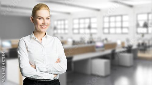 Staande foto Industrial geb. junge Geschäftsfrau vor Büro-Hintergrund mit vielen Computer-Arbeitsplätzen