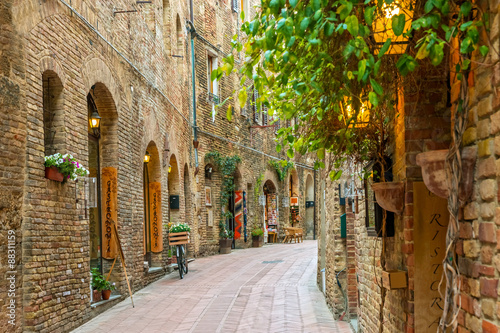 Fototapety, obrazy : Alley in old town San Gimignano Tuscany Italy