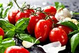 Frische tomaten mit basilikum und knoblauch
