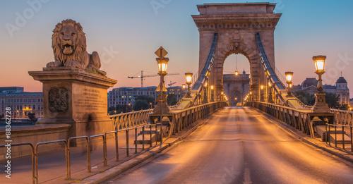 Szechenyi Chain Bridge (Budapeszt, Węgry) w sunrise