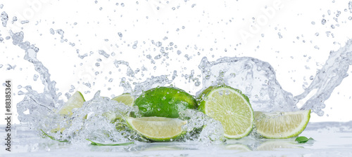 Fototapeta Fresh limes with water splashes