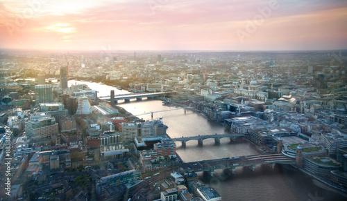 LONDYN, UK - KWIECIEŃ 15, 2015: Miasto Londyńska panorama w zmierzchu i pierwszy nocy zaświeca.