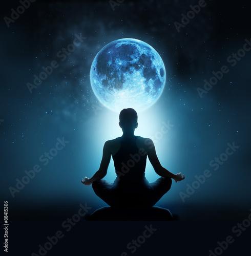 Poster Abstrakte Frau sind am blauen Vollmond mit Stern im dunklen Hintergrund meditier