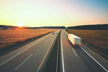 Ciężarówka na autostradzie tir