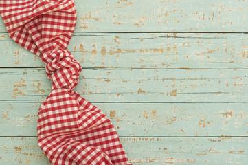 Foto: Tisch Tuch Decke Karo Rot-Weiß auf Holz Hintergrund