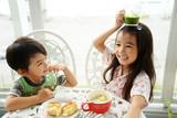 Fototapety 朝食中の姉弟