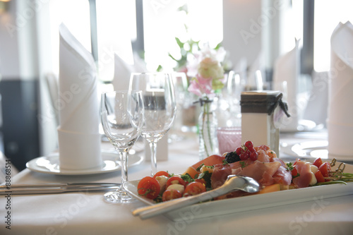 Papiers peints Table preparee Festtafel mit einer Platte Antipasti