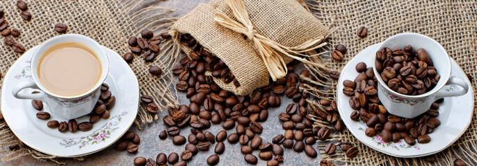 Kaffeetassen mit Kaffee und Kaffeebohnen