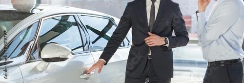 Człowiek stojący samochodem