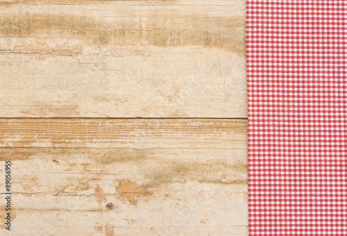 tischdecke mit stoffmuster kariert rot wei auf holz tisch rustikal stockfotos und lizenzfreie. Black Bedroom Furniture Sets. Home Design Ideas