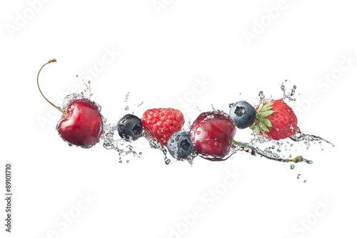 jagody-z-plusnieciami-odizolowywajacymi-na-bielu-woda