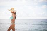 海辺でリラックスする水着の女性
