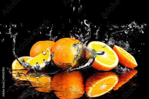 pomaranczowe-owoce-i-plusk-wody