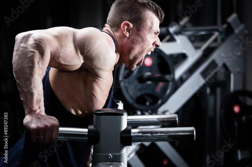 mata magnetyczna Mann trainiert Dips im Fitnessstudio
