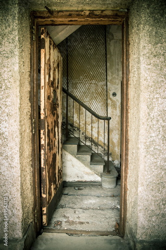 grungy-opuszczony-dom-z-drzwiami-i-schodami