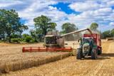 Mähdrescher und Traktor mit Ladewagen bei der Getreideernte - 2899 - 89579937