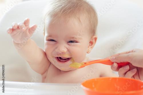 fototapeta na ścianę Bebé hermoso comiendo puré