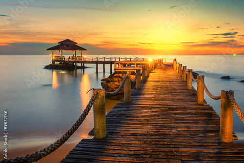 mata magnetyczna Summer, Travel, Vacation and Holiday concept - Wooden pier betwe