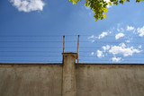 alambrada sobre un muro