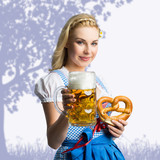 attraktive Frau im Dirndl mit Bierkrug und Brezel