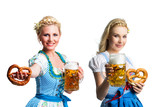 zwei attraktive Frauen im Dirndl mit Bier und Brezel vor freigstelltem Hintergrund