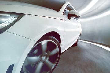 Samochód sportowy w tunelu