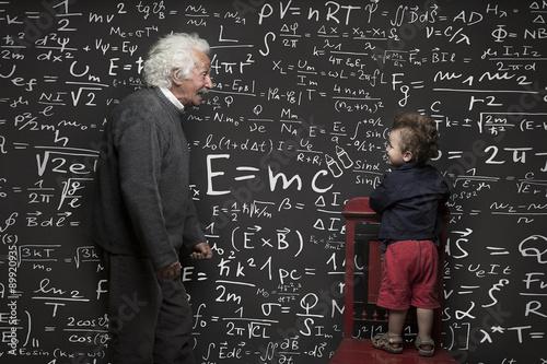Nonno scienziato e nipotino con lavagna scritta sullo sfondo Poster