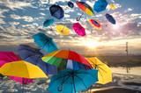 Fototapety Lebensfreude: Windiger Herbsttag mit bunten Regenschirmen :)