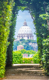 Fototapety View through keyhole of maltese knights portal with saint peters basilica at the end