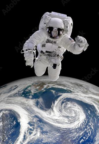 Astronauta w przestrzeni kosmicznej nad Ziemią