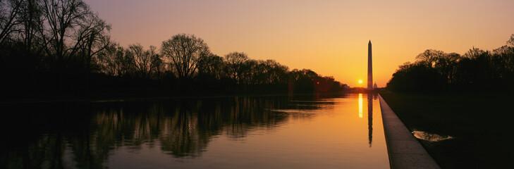Zachód słońca na Pomnik Waszyngtona idealna basenem