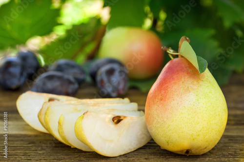 Obraz na Szkle Fresh ripe pears, plums and apples