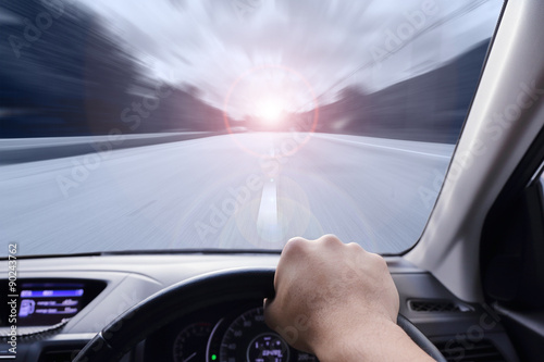 In de dag hand driving a car with speed on the street