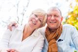 Fototapety Senior Mann und Frau verliebt im Herbst