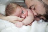 Padre junto a su bebé