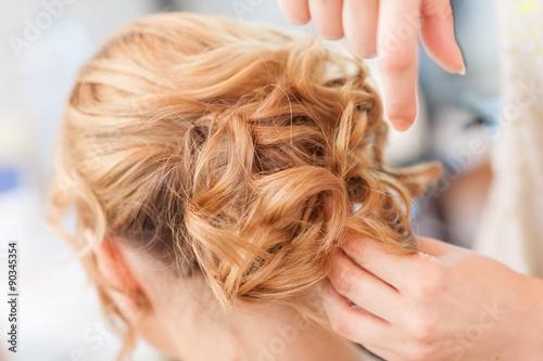 Acconciatura sposa capelli lunghi biondi raccolti Poster