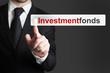 Geschäftsmann in Büro drückt Touchscreen Investmentfonds